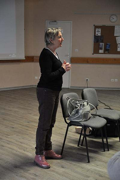 Hélène Braneyre, présidente des Scènes Buissonnières présente le projet à l'assistance